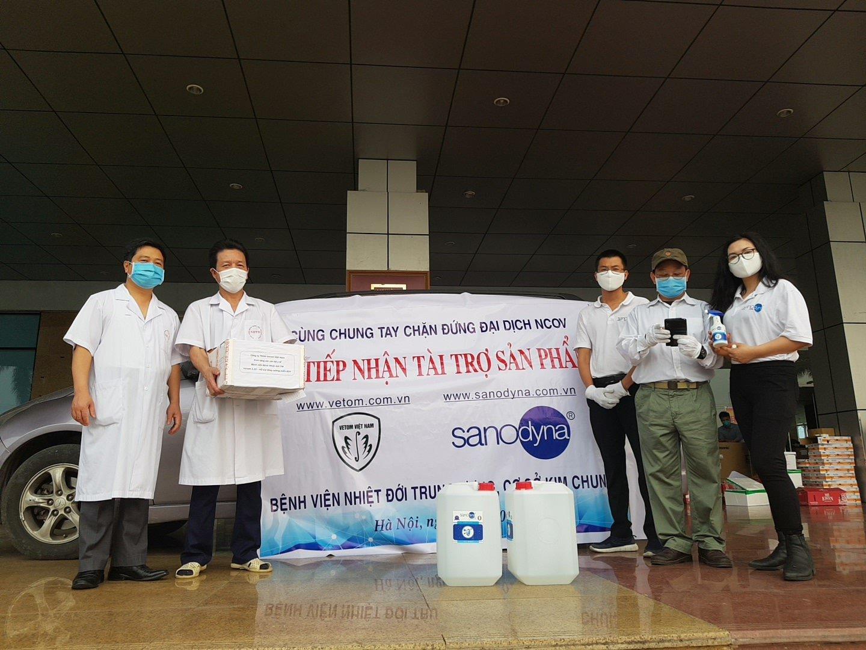 Cán bộ bệnh viện nhiệt đới tiếp nhận tài trợ
